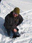 Matt, enfoncé dans la neige jusqu'aux genoux. Le seul moyen de s'en sortir est de ramper!