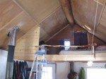 Vue sur la mezzanine: j'ai construit un pan de mur pour bloquer un peu de la poussière du wood stove.