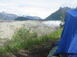 Vue sur une moraine, un glacier et les montagnes de Wrangell.
