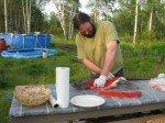 Matt découpe les filets d'un beau saumon ramené par Eric. Saumon qui a échappé à un ours! Il avait des lacération des deux côtés!