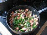 Une belle poelée locale: saumon frais en miette, pieds de mouton et oignons verts du jardin.