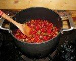 Confiture canneberge-rhubarbe en préparation.