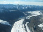 Glacier s'étendant dans une vallée sans fin.