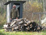 Matt profite d'une acalmie du vent pour couper et empiler un peu de bois trouvé autour du jardin.