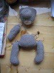 Mon ours tricoté en construction. Le patron ayant un sacré défaut (le corps est plus petit que la tête!) j'ai dû trouver un système D pour lui completer le corps!