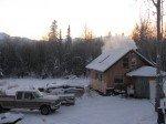 Vue depuis le toit du school bus. Le soleil se couche sur la chaîne de Chugach. Il fait à peu près jour vers 8h mais on ne voit le soleil qu'entre 11h et 14h50 ces jours-ci. Ça va encore diminuer jusqu'au solstice.