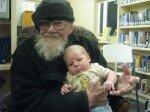 Keith the Goatman, 95 ans bientôt et Timothy. Le doyen de Kenny Lake et le plus jeune, durant une fête à la libraire.
