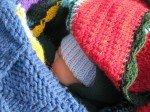 Timothy emmitouflé dans les couvertures. Il s'est endormi en essayant de sucer son pouce, au travers la combinaison polaire.