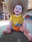 Caramba! Timothy essaye mon chapeau Mexicain de jardinier.
