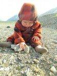 L'apprenti géologue teste les pierres avec sa bouche.