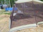 Timothy à l'abri des moustiques sous une tente.