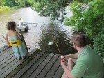 Partie de pêche dans le lac. Matt Getman (mon beau-frère) essaye de débloquer la ligne de Claire. Silas pêche depuis la barque.