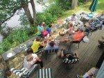 Oncles, tantes et cousins profite du balcon terrrasse.