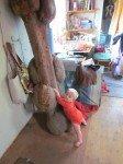 Timothy s'entraîne à grimper à l'arbre qui nous sert d'échelle pour la mezzanine.