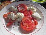 Summum de félicité: tomates fraîches du jardin, thym (du jardin) et... mozarella fait maison avec le lait de vache de la ferme! A tomber... Ne manque que le pain maison toasté! Next time!