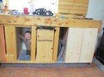 Timothy joue à cache cache dans la cuisine, encore en cours de construction.