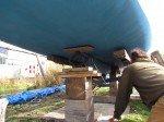 Petit à petit, Matt recule la remorque poussé par le truck, sous la coque.