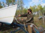 Matt doit déplacer le bateau vers la gauche pour le centrer sur la remorque.