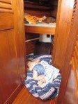 Sieste de Tim par terre, avant l'installation du file dans la couchette avant.
