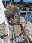 Matt refait les joints entre les lattes de tek. Sous le tek, le pont est en fibre de verre, donc pas de risque de fuite!
