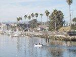 Vue sur Slow Dancer depuis l'autre cote du port. Comme vous pouvez voir, nous sommes les seuls au 'Guest Slip' (quai des visiteurs). En face de nous, les lettres en grand d'Oceanside facon Hollywood, pour les visiteurs qui arrivent par la mer.