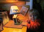 Timothy adore sa lampe chien, cadeau de Noel.