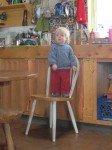 Perché sur la chaise pour voir ce qui se passe à la cuisine.