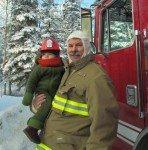 TImothy, apprenti chef pompier avec l'un des pompiers de Kenny Lake.