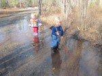 Tim et Taj s'amuse dans les flaques d'eau.