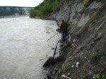 Matt pêche sur le flanc étroit de la rivière.
