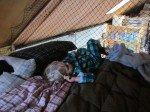 Les pieds emmêlés dans le filet de pêche (notre protection anti-chute dans la mezzanine), TIm s'est endormi dans notre lit.